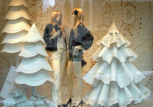 Как украсить витрину магазина в Новый год? Примеры, фото ...
