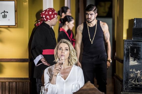 Soraya (Leticia Spiller) esperando Grego (Caio Castro) (Foto: Globo/João Cotta)