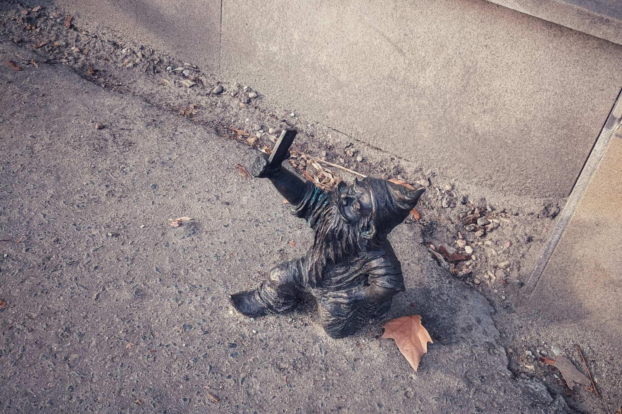 Figurka wrocławskiego kransla robiąca sobie autoportet - selfie.