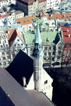 Widok z wieży kościoła na wieżę poniżej