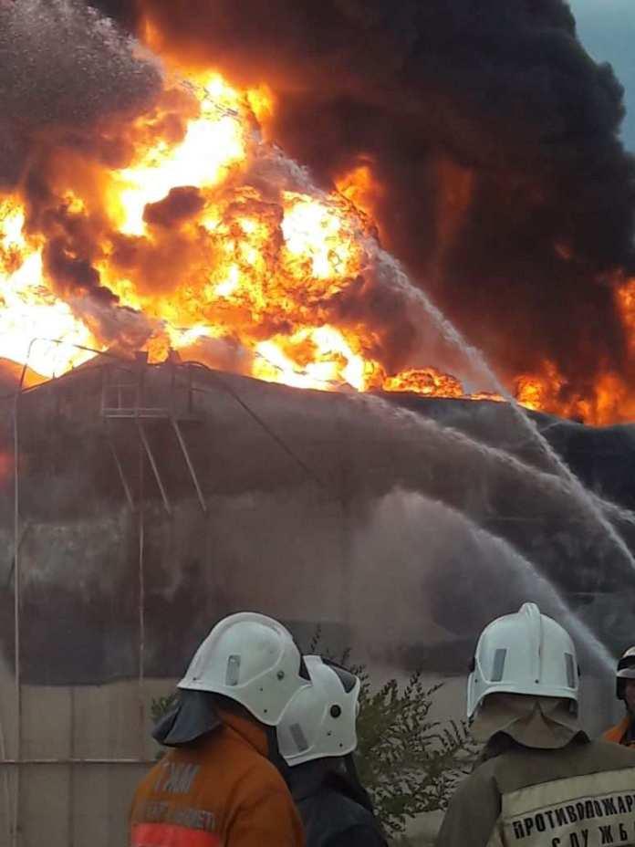 Пожар на нефтебазе в Шымкенте