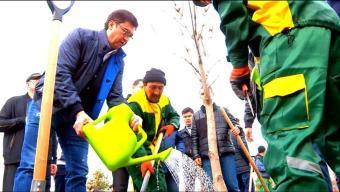 Аким города c чиновниками и госслужащими озеленили парк Независимости
