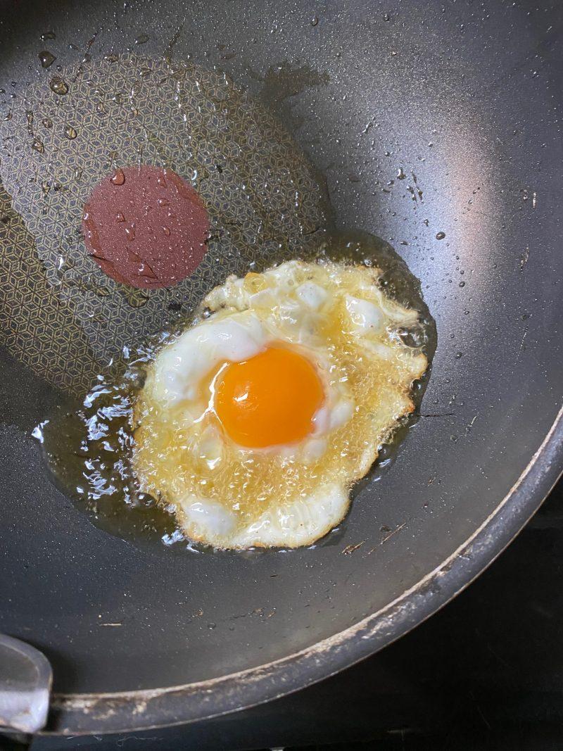 卵を揚げる