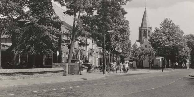 Busverbinding met de halte Hervormde Kerk in het centrum van Houten