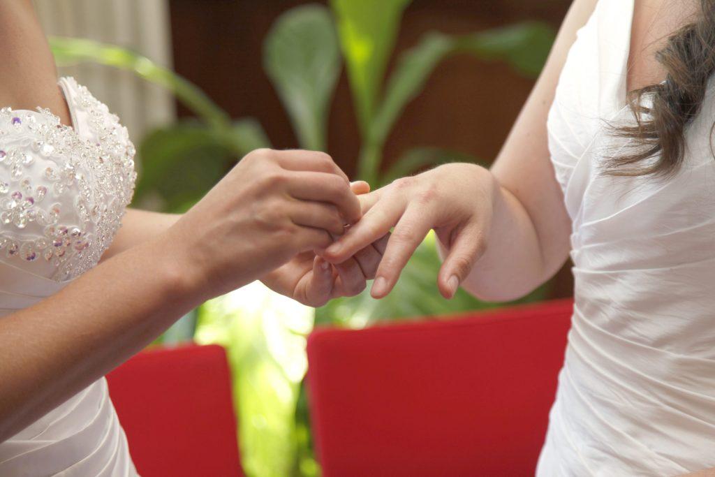 Couple de lesbiennes s'échangent les alliances
