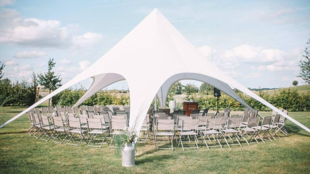 Tente étoile installée pour cérémonie de mariage en extérieur