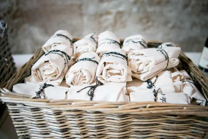 Des mouchoirs, des plaids, des lunettes de soleil, pensez à chouchouter vos invités pendant la cérémonie laique.