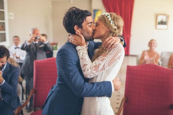 Les jeunes mariés s'embrassant à la mairie