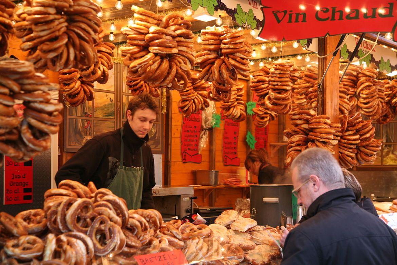 Alsace,_Bas-Rhin,_Strasbourg,___marché_de_Noël___place_de_Broglie_(4840720073).jpg