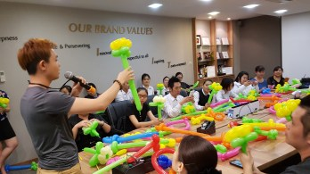 Balloon sculpting for Paradise group Singapore (5)