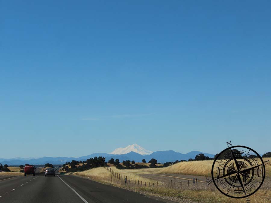 """In der Ferne erblckt man den schneebedeckten  """"Mt. Shasta"""""""