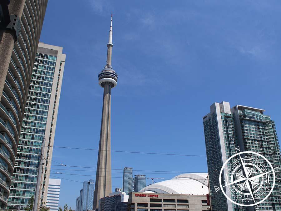 """Der """"CN Tower"""" hinter dem """"Rogers Center"""""""