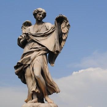 Eine Statue der Engelsbrücke in Rom