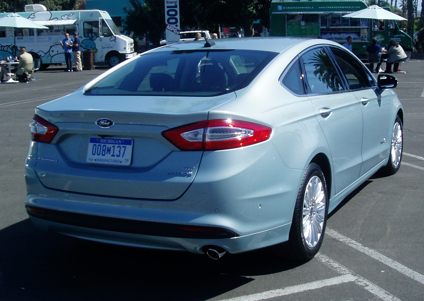 test drive 2013 ford fusion hybrid our auto expert. Black Bedroom Furniture Sets. Home Design Ideas