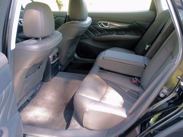 2015 Infiniti Q70L rear seat