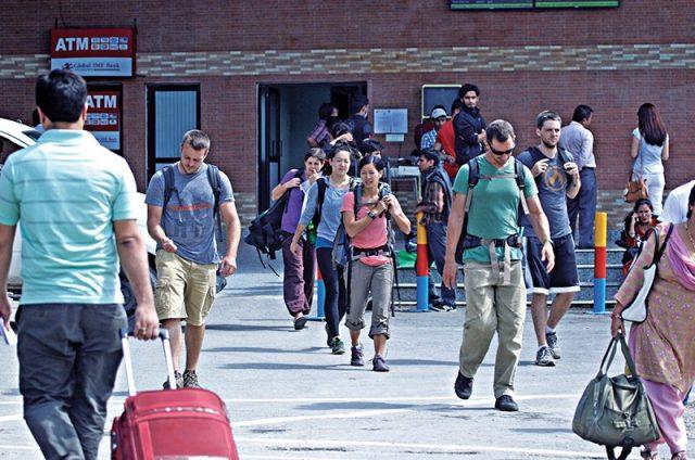 विगत १० महिनाको अवधिमा करिब १० लाख पर्यटक नेपाल भित्रिए