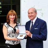 Marta Míguez recolle a Placa da Academia Olímpica Española concedida á Secretaría Xeral para o Deporte