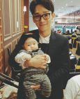 js___9_: #EXO #Chen #celebrity #selfie #daily #ParkSiwoo Took a picture with a celebrity uncle today. Please forgive mommy about not noticing your diaper (160903)