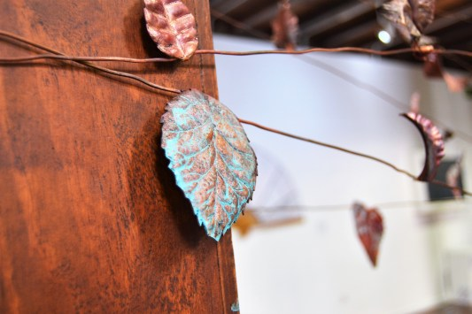 Detalle dunha folla cicelada e con pátina azul