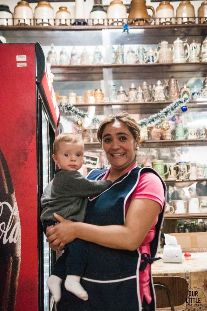 Kelnerka w restauracji w Valparaiso trzyma dziecko na rękach