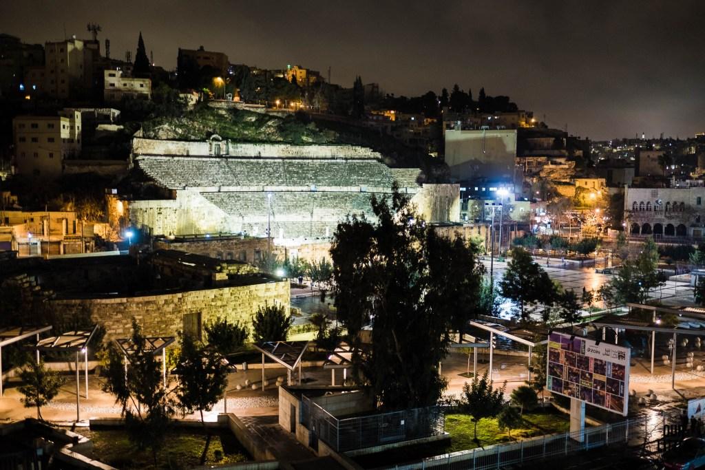 teatr rzymski w ammanie widziany z okien hotelu zaman ya zaman w nocy