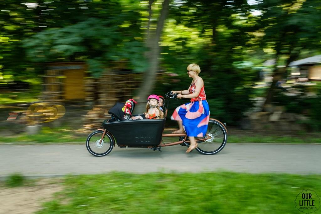 Wyprawka dla maluszka - Rower cargo Dolly Bikes ze stelażem do przewożenia fotelika samochodowego - Our Little Adventures