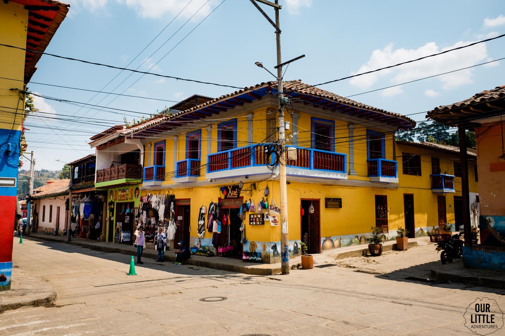 Żółty budynek w Raquira