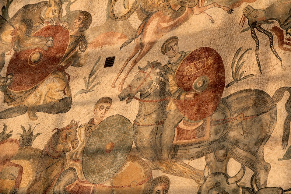 La Villa Imperiale del Casale, proche de Piazza Armerina, est renommée pour ses mosaïques polychromes qui pavent presque intégralement sa surface.