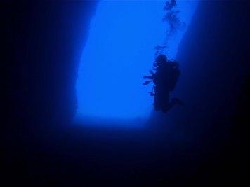 Petite grotte à environ 14m de profondeur