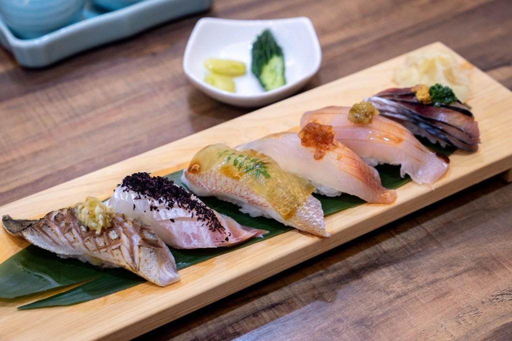 放置在木盤上的一整排海鮮握壽司