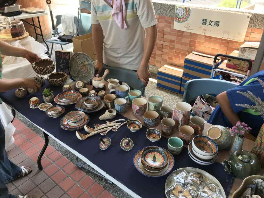 市集中販售的手工陶藝品