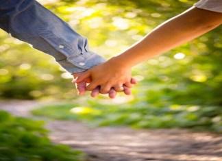 4 मुलांच्या आईचं जडलं 22 वर्षीय तरुणावर प्रेम; लग्नाच्या मागणीसाठी 72 तासांपासून प्रियकराच्या दारात बसून