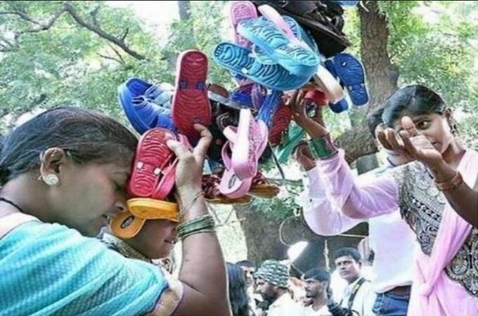 भारतात एक देवीचं असं मंदिर जिथे देवाला प्रसाद नाही तर चपलांचा हार अर्पण केला जातो