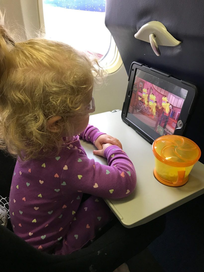 How to keep a toddler entertained when flying with kids. #familytravel #traveltips // Family Travel   Travel with Kids   Plane Travel   Flying with Toddler   Airplane Toys and Games   Toddler Busy Bag   Travel Snacks   Toddler Travel Tips   Flight Tips and Tricks