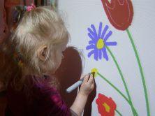Amelka rysuje kwiaty