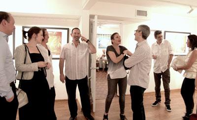 На фото: Игорь Караш (третий справа) и гости выставки. Фото Ольги Вайнер