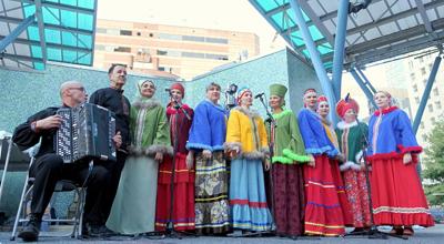 Радуга на сцене: выступление фольклорного ансамбля «Сударушки».