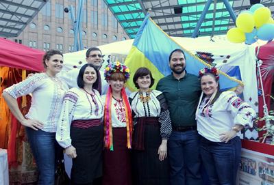 Вышиванка как произведение искусства: ни одного повторяющегося рисунка в элементах костюмов украинских хьюстонцев.