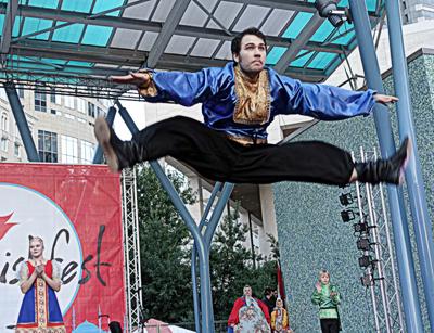 Солист ансамбля «Узоры» Кирилл Волгин в свободном полёте.