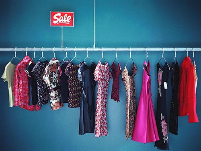 02_clothing_sale_rack_lgn_70641507