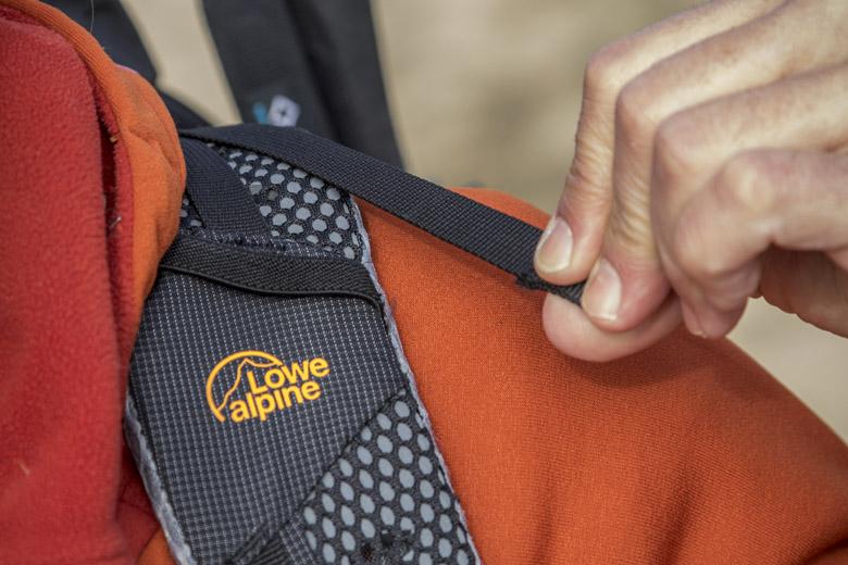 Bovenaan de schouderbanden vind je de zogenaamde loadlifters waarmee je de rugzak dichter tegen de rug aan kan trekken of juist wat verder af.