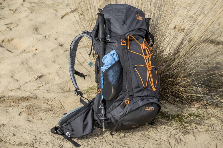 De Lowe Alpine Camino rugzak heeft een groot hoofdcompartiment dat in tweeën gedeeld kan worden.