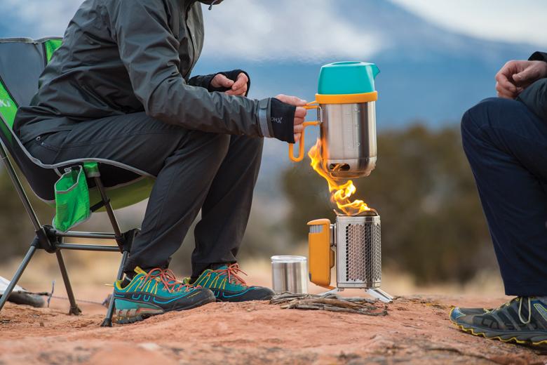 Niets zo gezellig als koken op een kampvuur. Met de BioLite CampStove 2 kan dat!