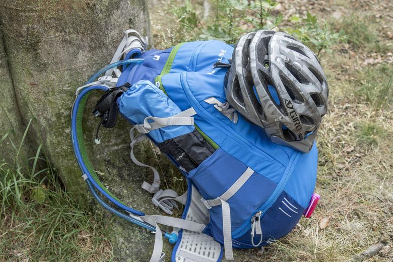 De Vaude Bike Alpin 25 + 5 heeft een slimme bevestigingsmethode voor je helm.