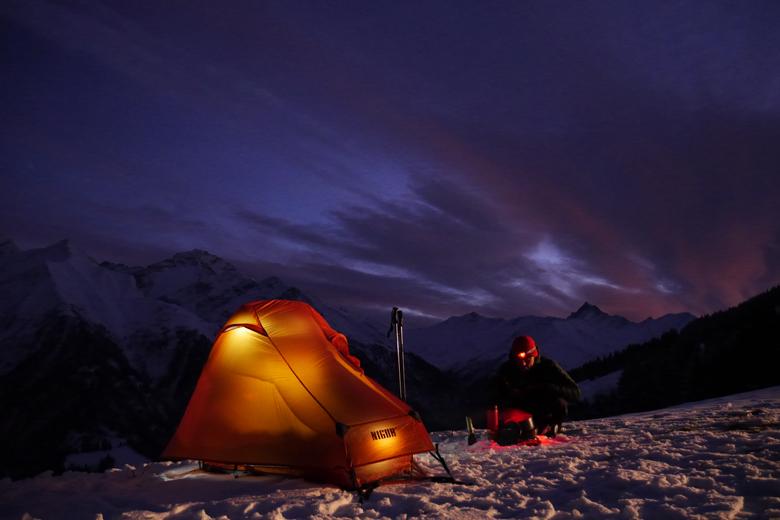 De Nigor PioPio Solo op een bergtopje in Val Lumnezia, Zwitserland. En nee... het is geen wintertent!