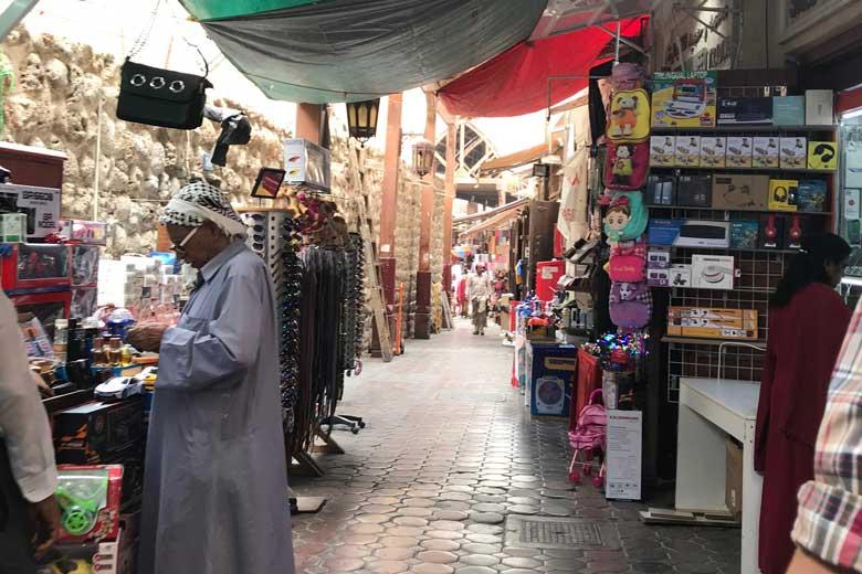 In een van die rustige straatjes kopen we de nodige luchtige kleding, petjes en een paar sluiers die we straks in Oman nodig hebben.