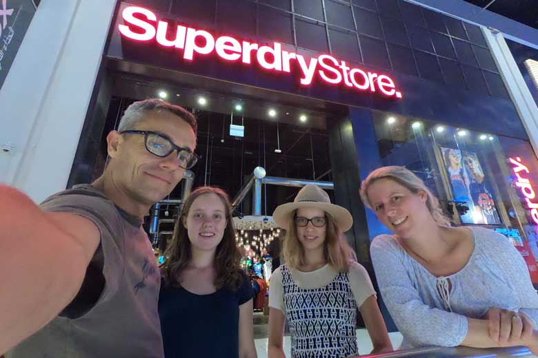 De Dubai Mall is enorm en toch... we zijn net echt in een shopmood.