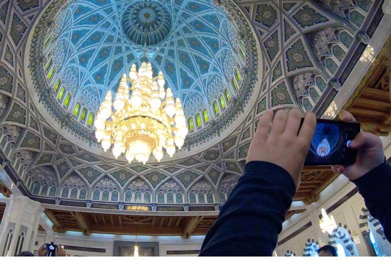 De blauwe koepel is prachtig versierd en de kroonluchter is de grootste ter wereld.