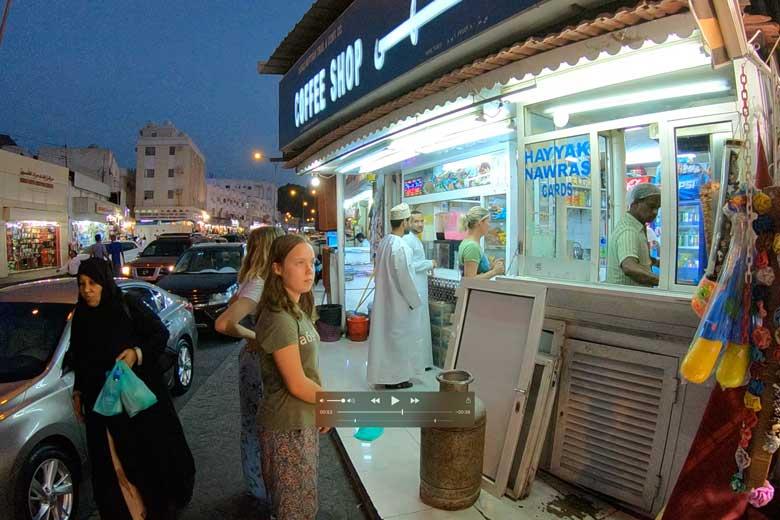 In de Muscat Mutrah Sug eten we fantastische broodjes Shoarma.