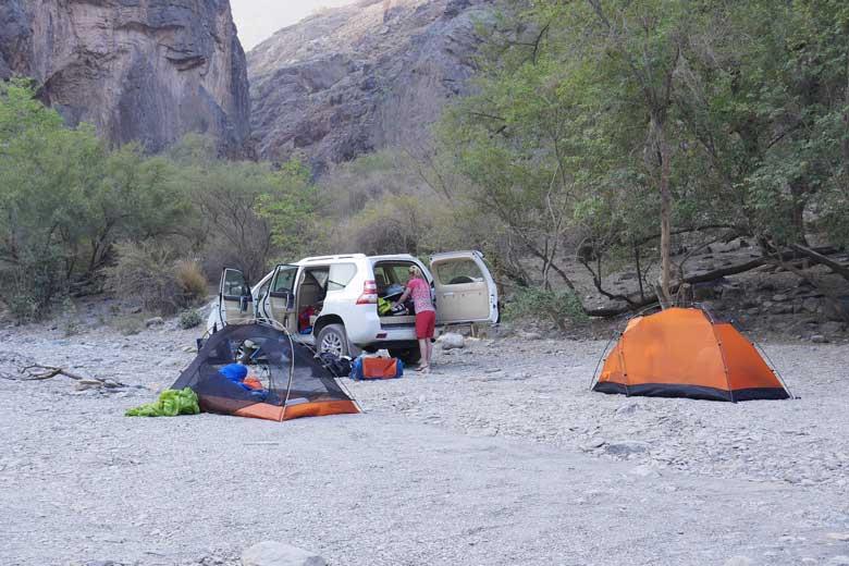 Aan de rand van een droge wadi zetten we de tenten op.